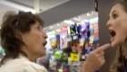Mujer defiende a dos hispanohablantes en una tienda
