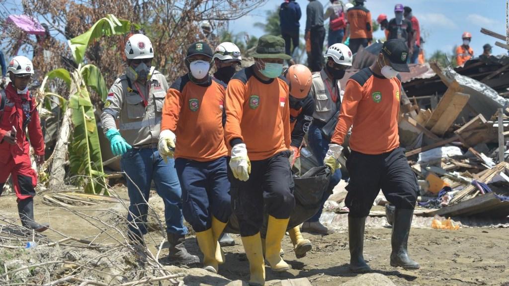 Rescatistas trabajan en la búsqueda de sobrevivientes en Indonesia