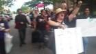 Manifestantes marchan con cerveza en mano en contra de Kavanaugh
