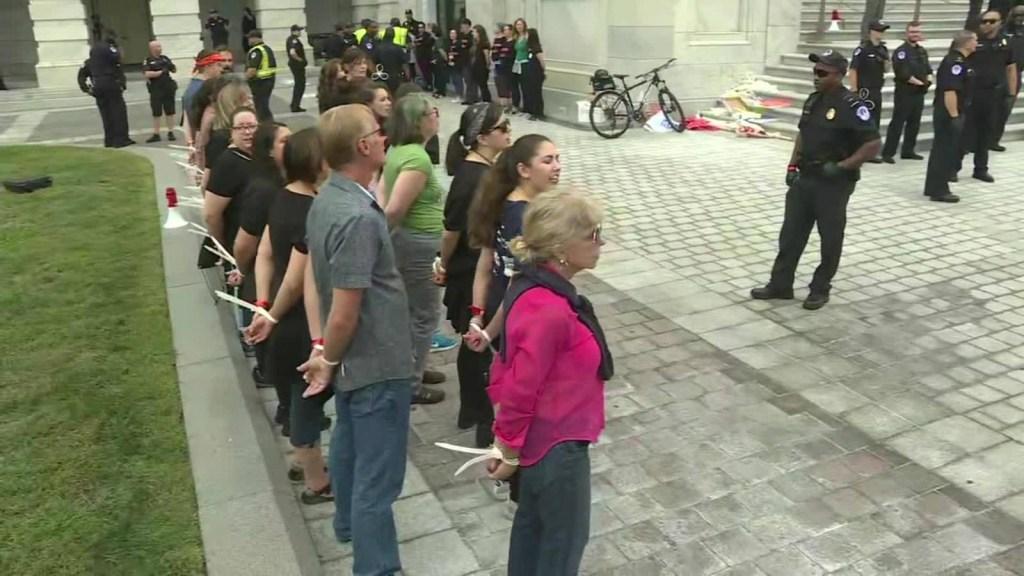 Manifestantes son arrestados en las afueras del Capitolio