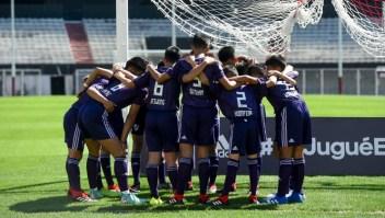 El equipo de niños de Tailandia antes de su partido contra los infantes del River Plate.