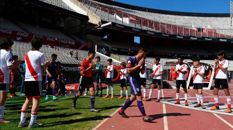 """El equipo """"Wild Boars"""" ingresa al campo para el partido amistoso contra el equipo juvenil de River Plate."""