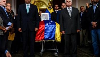 A la distancia, la familia de Fernando Albán vela al concejal