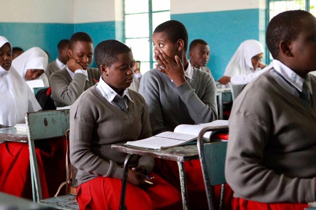 Los estudiantes asisten a clase en la escuela secundaria de Arusha.Las estudiantes asisten a clase en la escuela secundaria de Arusha.