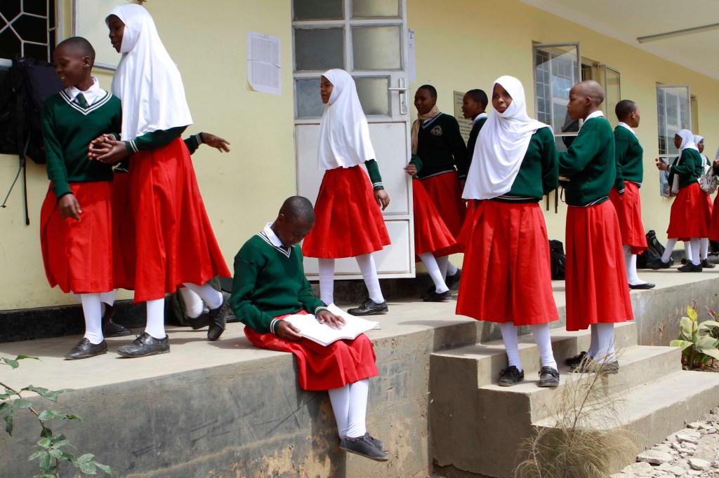 Las niñas se reúnen entre clases en la escuela secundaria de Arusha. Al menos una vez por semestre, después de regresar de las vacaciones, las niñas son reunidas en el comedor para una prueba de embarazo obligatoria.