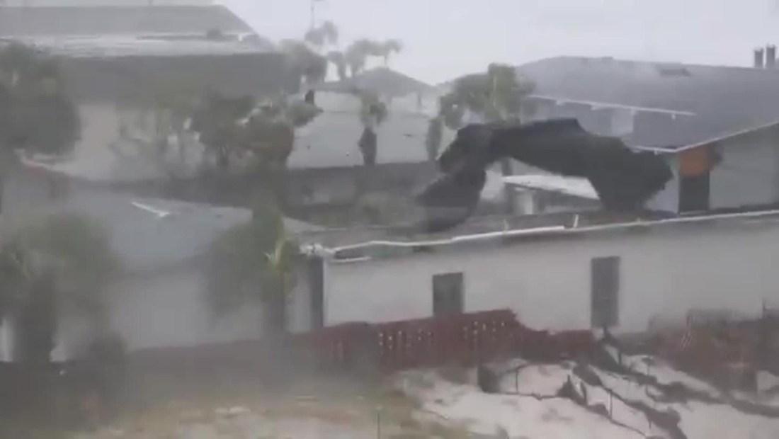 El huracán Michael arranca techos y los despedaza en segundos