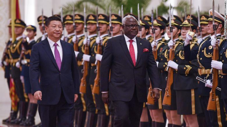 El expresidente de Sierra Leona, Ernest Bai Koroma, con el presidente chino, Xi Jinping, en Beijing en 2016.