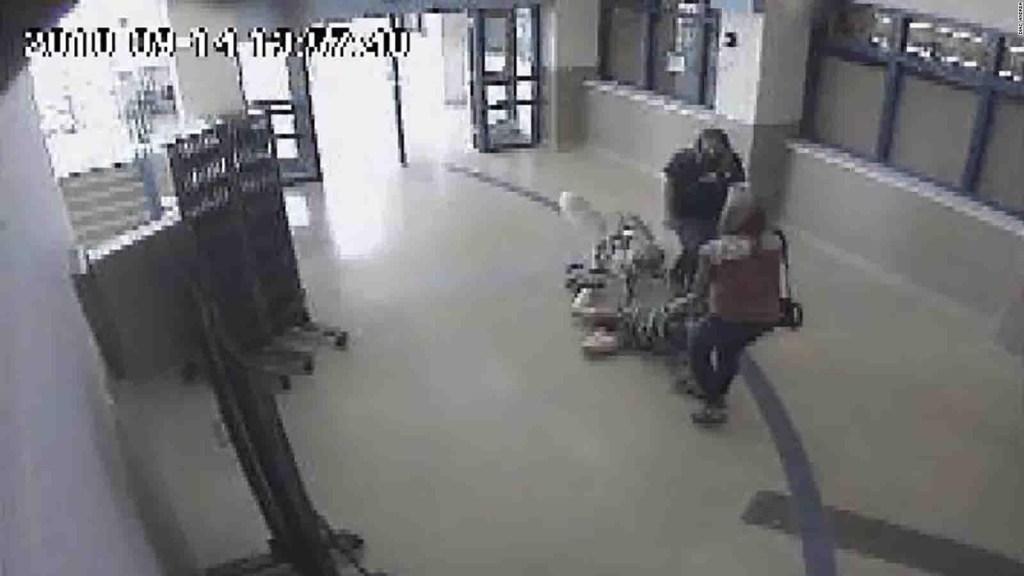 Video muestra a un niño autista siento arrastrado por el pasillo de su colegio