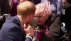 Emotivo reencuentro entre el príncipe Enrique y una anciana