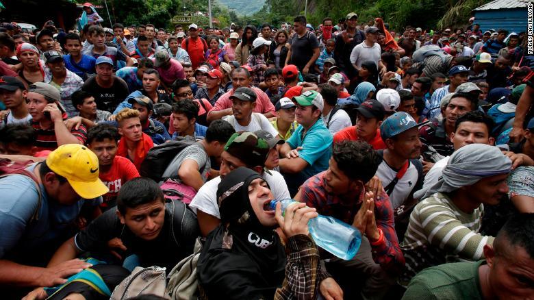 Cientos de hondureños bloqueados en la frontera de Guatemala con México. (Crédito: (AP Photo/Moises Castillo)