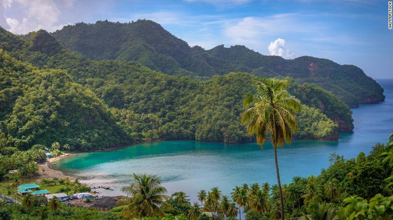 El cannabis crece en las colinas sobre las playas de San Vicente y las Granadinas.