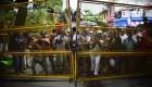 Caravana de centroamericanos corren para cruzar al frontera Guatemala-México