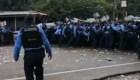 Vea el momento en el que la policía bloquea el paso de migrantes hondureños en otra frontera