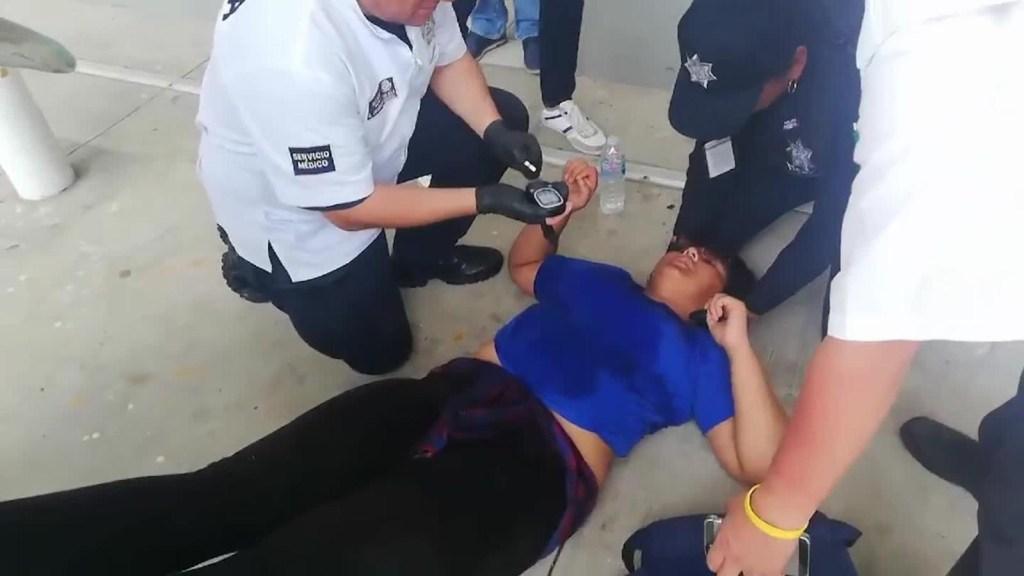 Desmayos de migrantes de la caravana mientras esperan entrar a México