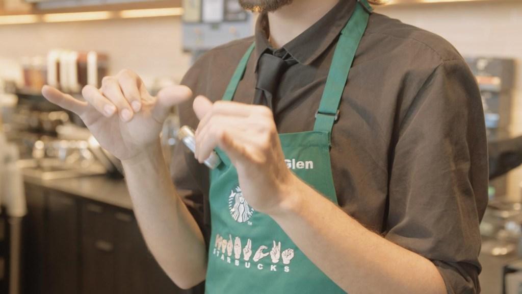 La primera tienda de Starbucks atendida por sordos
