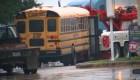 Camión impacta un autobús escolar en Texas