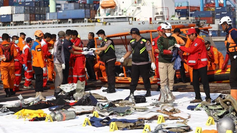 Comienza el rescate de cuerpos del avión siniestrado en Indonesia