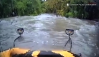 Autobús escolar es arrastrado por una inundación