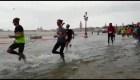 Nada los detiene. Maratonistas corren por Venecia pese a inundación