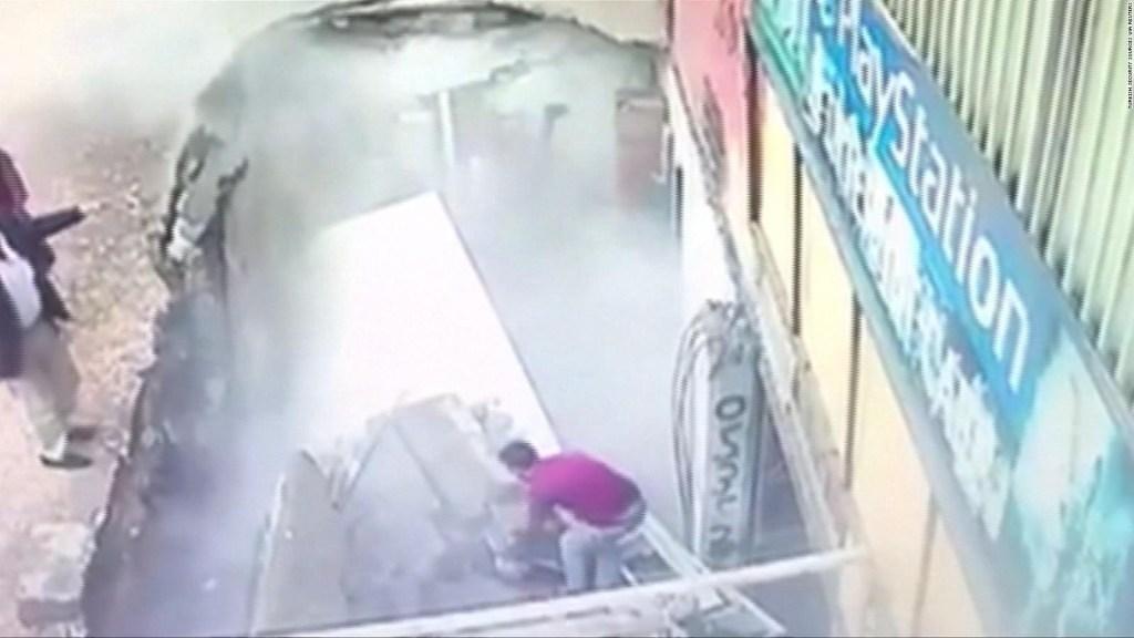 Dos mujeres caen en gigantesco hueco