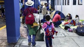Familias enteras salen de Venezuela hacia otros países de la región huyendo del hambre y la violencia en el país. (Crédito: LUIS ROBAYO/AFP/Getty Images)