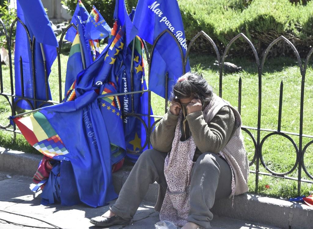 Un vendedor de banderas de Bolivia llora tras conocer la resolución de La Haya. (Crédito: AIZAR RALDES/AFP/Getty Images)