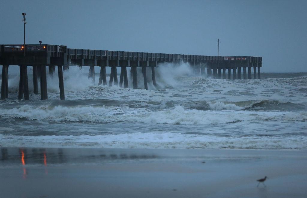 Las olas rompen a lo largo de un muelle el 10 de octubre de 2018 en Panama City Beach, Florida. Crédito: Joe Raedle / Getty Images