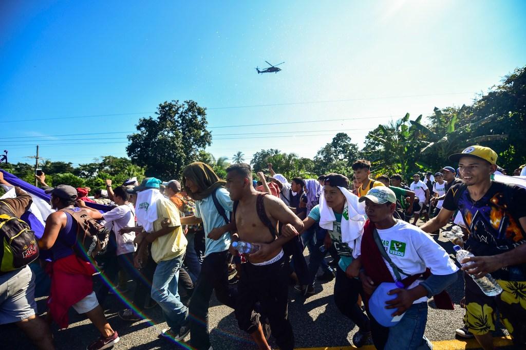 Un helicóptero de la Policía Federal de México sobrevuela la caravana de migrantes. (Crédito: PEDRO PARDO/AFP/Getty Images)