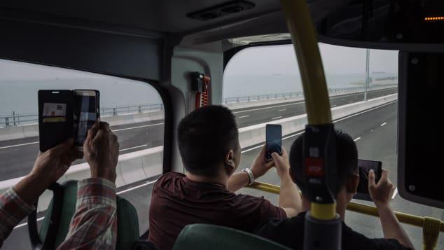 Múltiples nuevas rutas de autobuses y autocares conectan Hong Kong, Macao y Zhuhai.