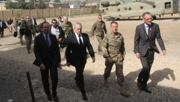 Mattis llega a la frontera y habla con la prensa