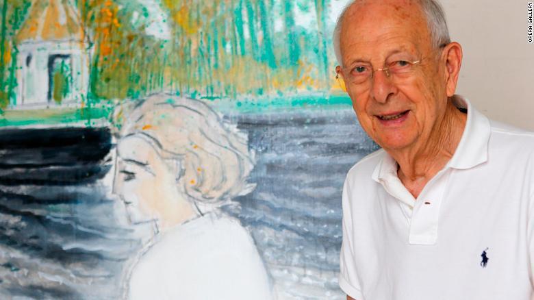 Brasilier posando junto a un cuadro de su esposa, Chantal, quien es otra de sus inspiraciones.