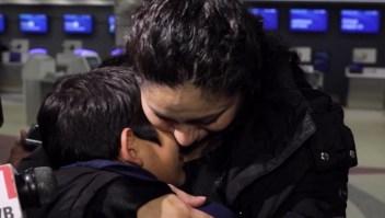 Madre salvadoreña se reúne con su hijo después de 5 años