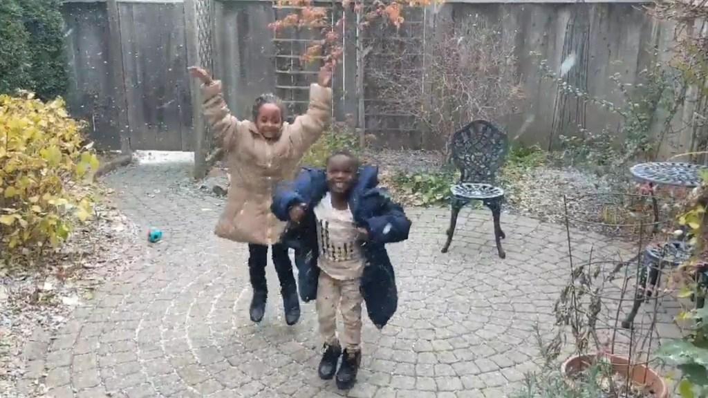 Mira la reacción de estos niños refugiados al ver la nieve