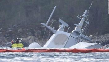 El buque de guerra quedó casi sumergido.