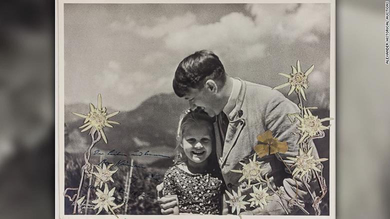 La fotografía muestra a Hitler abrazando a Rosa Bernile Nienau, que tenía unos cinco o seis años, y está adornada con flores que fueron colocadas por la niña, dijo Alexander Historical Auctions.