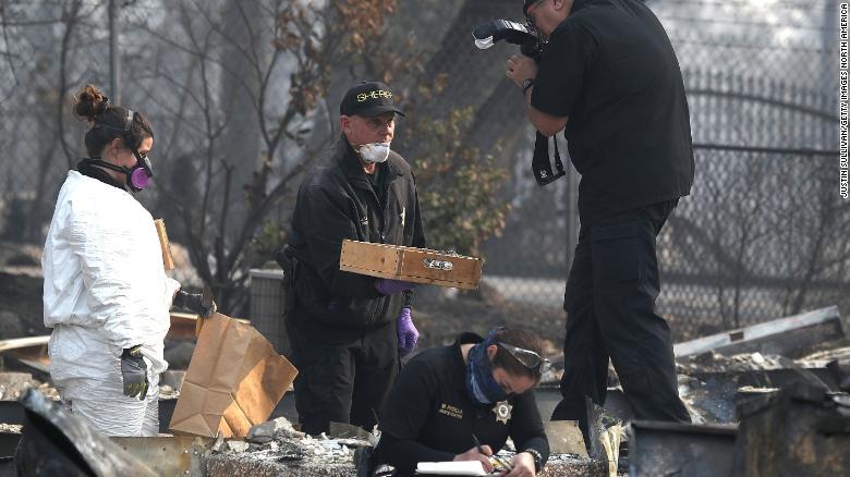 Los investigadores trabajan en una propiedad en Paradise, California, donde se encontraron restos humanos el viernes. (Crédito: Justin Sullivan/Getty Images)