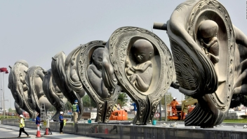 Qatar presenta polémicas esculturas de fetos