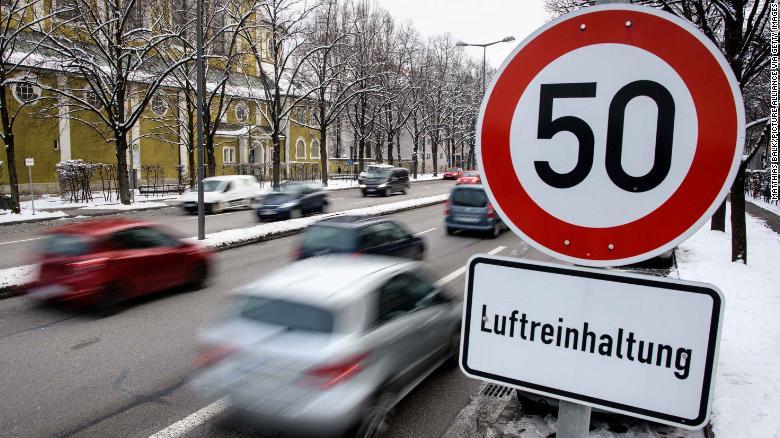 Una señal de límite de velocidad en Munich, Alemania. El adolescente fue sorprendido manejando a 95 km/h en una zona de 50 km/h en menos de una hora después de pasar su examen. (Crédito: Matthias Balk/picture alliance via Getty Images)