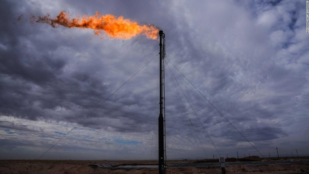 Trabajadores que extraen petróleo de la Cuenca Permiana, el semillero de lutitas del oeste de Texas que se ha transformado en uno de los campos petroleros más importantes del mundo. (Crédito: Benjamin Lowy/Getty Images)