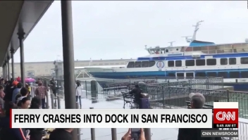 El momento en que un ferry choca contra un muelle