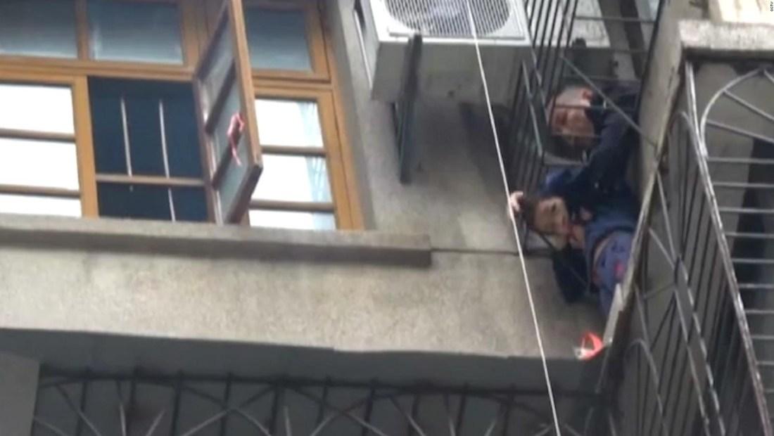 Bomberos logran rescatar a un niño atrapado en una cornisa