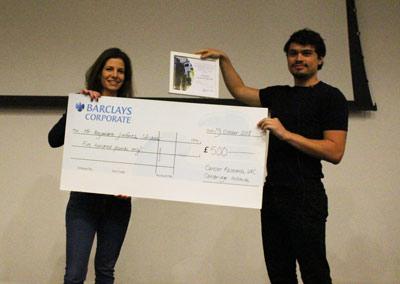 Alejandro Jiménez al recibir el premio por su tesis doctoral. (Crédito: Conacyt).