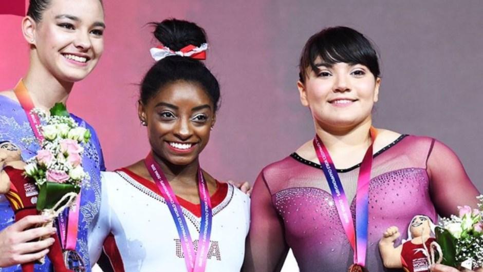 Alexa Moreno, a la derecha, con su medalla. (Crédito: Twitter/DohaGym2018)