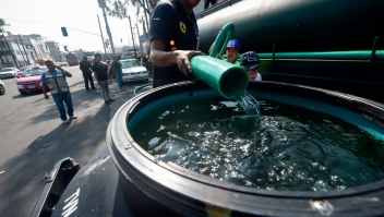 Employees of Mexico City's Water System fill a tank with drinking water during a running water cut off due to maintenance tasks in Mexico City on October 31, 2018. - Officials announced a cut off of four days starting Wednesday due to major maintenance operations. (Photo by ALFREDO ESTRELLA / AFP) (Photo credit should read ALFREDO ESTRELLA/AFP/Getty Images)