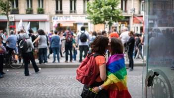 Dos mujeres se besan en una marcha por los derechos LGBTI. (Crédito: MARTIN BUREAU/AFP/Getty Images)