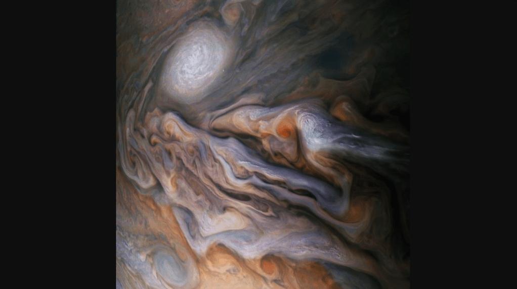 La imagen de las nubes de Júpiter fue tomada por el satélite JunoCam a unos 7.000 kilómetros de distancia. (Crédito: NASA/JPL-Caltech/SwRI/MSSS/Gerald Eichstädt/Seán Doran)