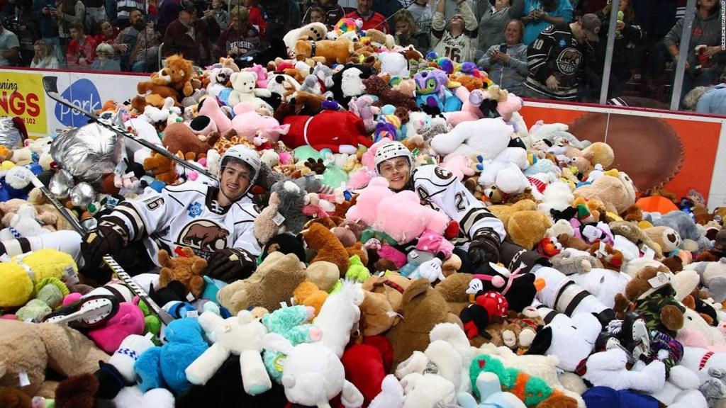 Llueven miles de peluches sobre pista de hockey sobre hielo
