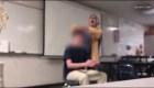 Una profesora es arrestada por cortarle el cabello a un estudiante por la fuerza