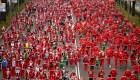 Miles de Santa Claus corren en Madrid por una buena causa