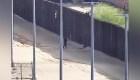 Dos jóvenes se lastiman al caer cuando trataban de cruzar el muro fronterizo